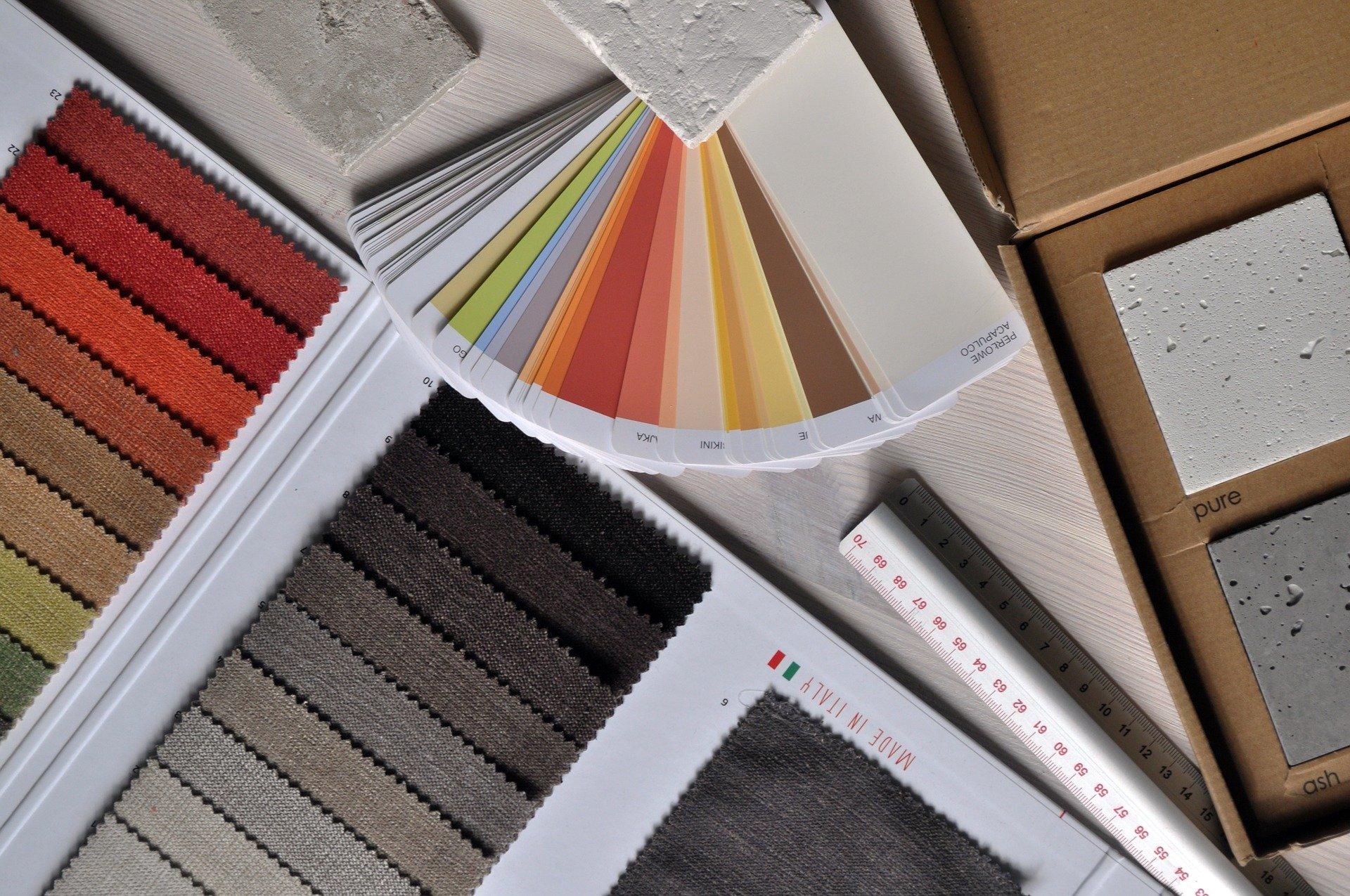 Campioni colorati di stoffa e pittura